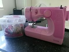 Olá meninas, gostaria de apresentar a minha máquina de costura, é como ela que faço minhas roupas e artesanato.