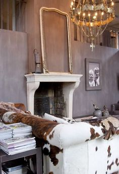 Rustic/French holy cow I love this mix! Especially the cowhide couch! Rustic French, Rustic Chic, Country Chic, Rustic Elegance, South Shore Decorating, Tadelakt, Western Homes, Rustic Contemporary, Western Decor