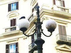 Dillo a #NapoliTime  Vomero piazza Vanvitelli: un lampione senza un braccio. Globi coperti da escrementi e da erbacce