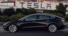 Tesla Model 3, ecco l'immagine della prima unità prodotta. Parte ufficialmente la nuova era dell'auto elettrica