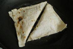 Разогрейте в сковороде растительное масло и обжарьте на нем треугольники. Ethnic Recipes, Food, Recipies, Hoods, Meals