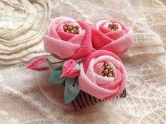 パステルちりめんの玉バラ コーム の画像|つまみ細工教室⭐︎ ひなぎく「花夢月比売」