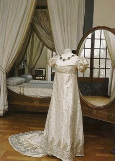 A white silk court dress worn by Joséphine. The design is simple, with the ostentation reserved for the gorgeous silver embroidery, which in this case is in the form of palm leaves. A dress like this would have been worn to a state supper, a ball or an official visit to the theatre or opera.