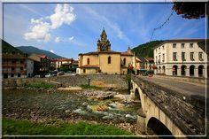 Seix - Ariège - Est il possible d'imaginer, en voyant ce doux paysage, que l'église a été fortifiée il y a 4 siècles pour protéger les paysans des attaques des provinces proches ainsi que des Espagnols.