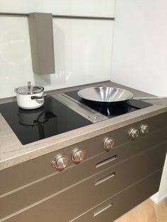 Fraaie inductie kookplaten in combinatie met afzuiging in het midden