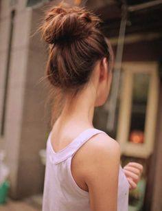 Un chignon de danseuse Placé très haut, ce chignon met en valeur le port de tête.