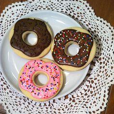 Adorable doughnut sugar cookies.