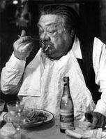 L'attore Aldo Fabrizi alle prese con un piatto di  spaghetti in una foto del 1960