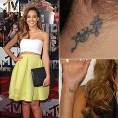 Pin for Later: Stars et Tatouages, une Grande Histoire D'amour  Jessica Alba a un tatouage sur son poignet droit et a une fleur derrière le cou.