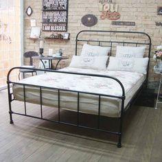 Cama Vintage preta, visual perfeito para seu loft. Da Dom Mascate