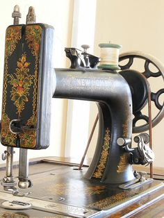 New Home Sewing Machine c. about 1912 - The decorative designs are lovely. - (vintage lady, edwardian era, home economics, inventions, sew) Treadle Sewing Machines, Antique Sewing Machines, Vintage Sewing Notions, Vintage Sewing Patterns, Retro, Sewing Machine Accessories, Machine Tools, Love Sewing, Bunt
