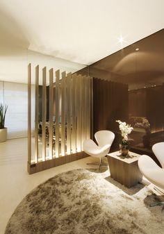 Além da parede ripada com vidro atrás, a sensação de continuidade também é criada pela parede em vidro chocolate, que reveste dois ambientes distintos lado a lado http://ow.ly/9Kr6d