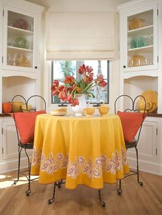 Essplatz Küche-gelbe orange Akzente Metall Möbel