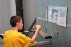 """De """"Internet Arm Wrestling"""" -unit opgesteld in 6 wetenschapscentra in de US bood bezoekers de kans om een armworstelwedstrijd te houden met een opponent aan de andere kant van het land.  Bron: Nina Simon, The Participatory Museum"""