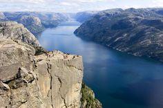 Una de las grandes atracciones de Stavanger es el fiordo Lysefjord y la ascensión al majestuoso Púlpito, que es como se conoce a esta plataforma rocosa que ofrece una de las imágenes más espectaculares de la naturaleza noruega.
