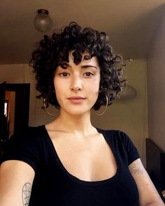 Curly Hair Bob 2019 Hair length is very important. If you have a curly hair type, we offer you the most beautiful curly bob hairstyles recommendations. Short Curly Haircuts, Curly Bob Hairstyles, Drawing Hairstyles, Hairstyles 2018, Curly Short, Short Curled Bob, Curly Hair Layers, Curly Hair With Fringe, Round Face Curly Hair