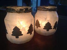 Waxine lichtjes voor kerst, met vliegerpapier, glitter en kertboomfiguurtjes