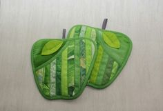 Strippy patchwork apple potholders - so pretty! Quilting Projects, Sewing Projects, Quilted Potholders, Sewing To Sell, Backpack Pattern, Bazaar Ideas, Sewing Aprons, Fabric Rug, Foam Crafts