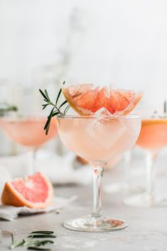 Grapefruit Rosemary Lemonade Sparkler is naturally sweetened making it a delicious and healthy thirst quencher and alternative to soda. Rosemary Lemonade, Pink Lemonade, Strawberry Lemonade, Cocktails, Non Alcoholic Drinks, Cocktail Recipes, Cocktail Drinks, Beverages, Gourmet