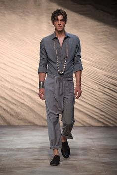 Catwalk photos and all the looks from Daks Spring/Summer 2017 Menswear Milan Fashion Week Posh Dresses, African Attire For Men, Love Fashion, Mens Fashion, Casual Wear For Men, Hippie Outfits, London Fashion, Personal Style, Menswear