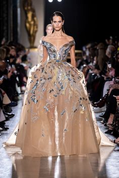 Elie Saab Spring 2019 Couture Fashion Show - Vogue Elie Saab Couture, Style Couture, Haute Couture Fashion, Vestidos Elie Saab, Couture Dresses, Fashion Dresses, Runway Fashion, Fashion Show, Paris Fashion