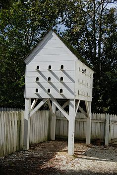 Pigeon roost at Colonial Williamsburg -- George Wythe House Bird Cages, Bird Feeder, Farm Projects, Craft Projects, Pigeon Loft Design, Colonial Garden, Pigeon House, Wood Pigeon, Christmas Crafts For Adults