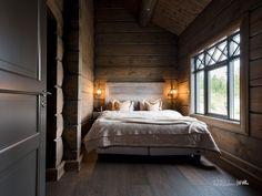 Nyoppført lekker hytte med flott og attraktiv beliggenhet.   FINN.no Winter Cabin, Cozy Cabin, Cozy House, Mountain Cottage, Wooden House, Log Homes, Dark Wood, Bedroom, Furniture