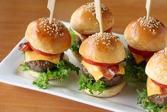 Mini-burgers apéritifs au Thermomix, recette des mini-burgers à base d'un bon pain moelleux et légèrement brioché, très facile à faire pour épater vos convives lors des grandes occasions.