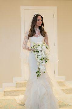 Vestido de noiva clássico-contemporâneo - modelo sereia com manga longa de renda ( Foto: Marina Fava | Vestido: Vera Wang )
