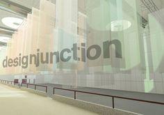 EDIT by designjunction porta a Milano oltre 30 brand e designer britannici e internazionali che occupano gli ampi spazi de La Pelota (via Palermo 10). Lallestimento è stato realizzato utilizzando ampi fogli di tessuto di alluminio sospesi a grande altezza per dividere gli stand.