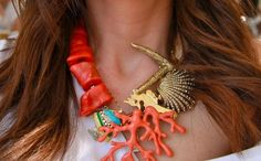 Puedes hacer piezas y adornos con silicona caliente para luego emplearlas como parte de un collar, para decorar.. .