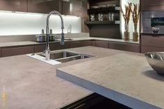 neolith countertops that look like concrete in contemporary urban kitchen Types Of Kitchen Countertops, Concrete Countertops, Kitchen Tiles, Kitchen Design, Kitchen Reno, Kitchen Trends 2018, Pots And Pans Sets, Large Format Tile, May Designs