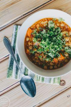Tomaattinen hirssikeitto - Hannan soppa Vegan Recipes, Vegan Food, Chana Masala, Stew, Curry, Meat, Ethnic Recipes, Sauces, Beef