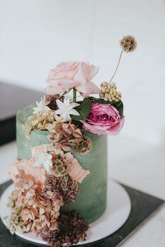 The florals on this cake have us swooning hard 🍰🌸✨ ⠀⠀⠀⠀⠀⠀⠀⠀⠀ Cake: Event: paper flower workshop with Photography: Dessert Bar Wedding, Wedding Desserts, Green Wedding, Wedding Day, Two Birds Bridesmaid, Wedding Cakes With Flowers, Paper Flowers, Wedding Details, Rustic Wedding