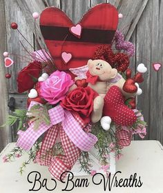 awesome 40 Beautiful Valentine Decoration Ideas For Your Home Valentine Day Wreaths, Valentines Day Decorations, Valentine Crafts, Valentine Day Gifts, Christmas Wreaths, Holiday Centerpieces, Floral Centerpieces, Floral Arrangements, Chocolate Bouquet
