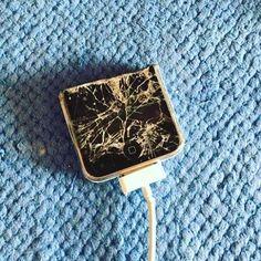 А вот была бы защитная пленка то дисплей был бы без царапин #Apple #iphone #iphone3gs #айфон #айфончик #пополам #кабель #30pin #разбит #дисплей #втораяполовинка (at Атриум)