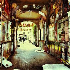 Zo typisch Berlijn, soms: een luguber-ogend halletje met kunst dat leidt naar nog meer kunst. You got to love it. Ik heb er geen andere woorden voor. Dit is trouwens een zij-ingang van de Hakesche Höfe, mocht je willen weten waar het is.