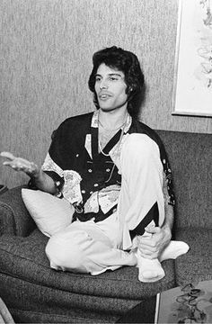 please look at how he's holding onto his leg. he really is my whole entire heart in human form :( ugh cutieeee Queen Photos, Queen Pictures, Mr Fahrenheit, Roger Taylor, Somebody To Love, Queen Freddie Mercury, Queen Band, Brian May, John Deacon