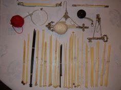 Flotte ting. Benstrikkepinde, chaterlaines, af sølv, ganrholder til at bære på armen og pindeholdere af sølv.