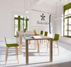 Conseguimos un espacio de trabajo informal con mesas y sillas altas, colores muy claros y uno destacando. Creas un espacio apacible, representativo de la marca y atrayente.