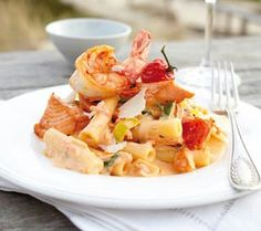 Rigatoni mit Lachs in Tomaten-Robiola-Creme Rezept Rigatoni, Eat Smart, Hot Pot, Fish Dishes, Food Presentation, Pasta Recipes, Potato Salad, Salmon, Seafood