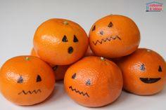 Elles sont super simples à faire, ces petites mandarines ! Ce sont des mini versions des citrouilles d'Halloween mais vous pourrez en faire bien plus à la place. Et en plus, cela donnera envie à vos enfants de manger des agrumes ;) Prenez une mandarine, une clémentine ou même une orange, munissez vous d'un marqueur noir et dessinez une tête dessus. Souhaiteriez vous d'autres activités d'halloween pour les enfants? Vous trouverez d'autres idées sur le tableau Pinterest