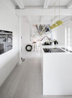 Minimalist white kitchen and yellow pendant lights Saras julehjem Ina Agency