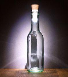 Et si vous offriez une seconde vie à vos bouteilles vides en les transformant en lampe. Le système Bottlelight se présente sous la forme d'un bouchon en liège classique. Sauf que la partie bouchon dissimule un connecteur USB. En y raccordant le module clef USB/LED, l'accessoire se transforme en véritable bouchon lumineux. Vous n'aurez plus qu'à reboucher votre bouteille vide pour créer une ambiance lumineuse unique.