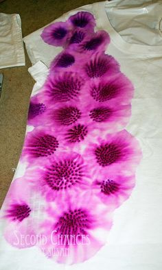 sharpie tie dye sharpie markers, then dripped rubbing alcohol on the designs and watched the ink spread out. I got the droppers from a pharmacy, and the best buy on markers was at Costco. As for the rubbing alcohol, we used solution. Shibori, Sharpies, Sharpie Markers, Sharpie Crafts, Sharpie Art, Sharpie Projects, Sharpie Doodles, Summer Crafts, Fun Crafts