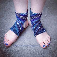 Trikonasana Yoga Socks - free knitting pattern (knitting-and-so-on.blogspot.com)