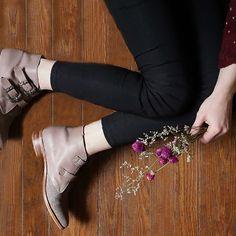 Sabías que todos nuestros zapatos son hechos a mano? Par por par, zapato por zapato. #handmade #artesanal #zapatos #hechoconamor #misvh Visitá nuestra tienda online www.victoriahache.com.ar