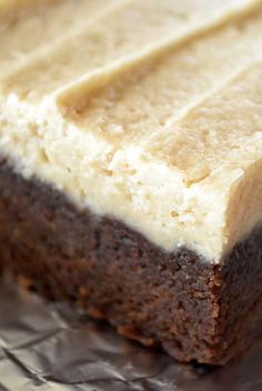 Peanut Butter Brownie Cake Squares ~ this little dessert is a cross between a brownie and a blondie, topped with a fabulous peanut butter frosting! Chocolate Desserts, Fun Desserts, Delicious Desserts, Dessert Recipes, Chocolate Cherry, Chocolate Chips, Peanut Butter Brownies, Peanut Butter Recipes, Brownie Cake