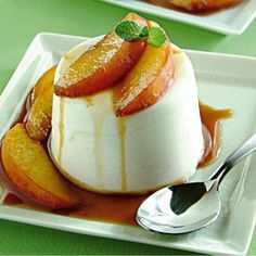 Cream with caramelized peaches Wine Colored Wedding, Greek Sweets, Candy Shop, Panna Cotta, Marsala, No Bake Desserts, Finger Foods, Mousse, Kitchens