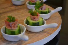 Eet lekker: Gevulde komkommer met ham en augurk High Tea, Pickles, Tapas, Healthy Snacks, Brunch, Food And Drink, Appetizers, Pudding, Om